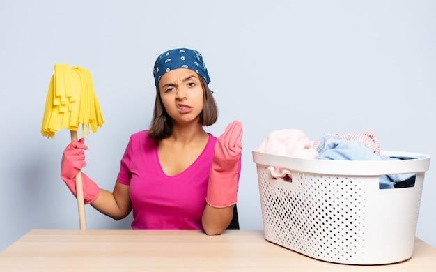 Donna ispanica che fa un gesto di capice o denaro, dicendoti di pagare i tuoi debiti!