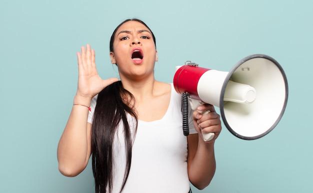 Donna ispanica che urla con le mani in alto, sentendosi furiosa, frustrata, stressata e sconvolta
