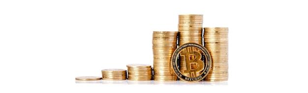 Istogramma di monete e bitcoin su sfondo bianco. concetto di crescita valutaria, risparmio.