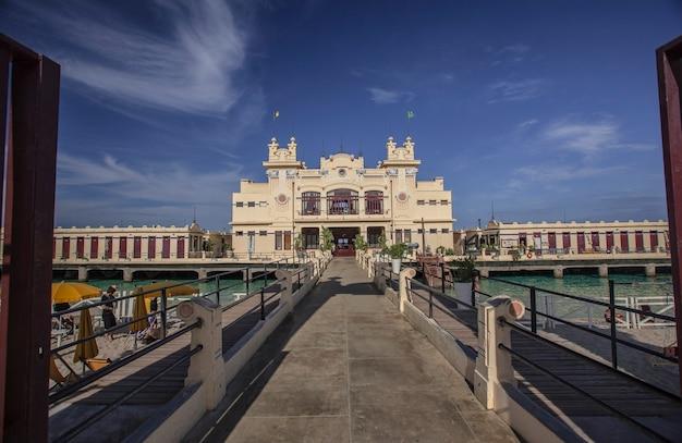 Palazzo storico a mondello, nota località turistica di palermo in sicilia