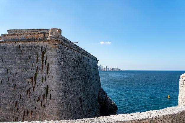 Cannoni storici nel forte castillo de los tres reyes del morro a l'avana.