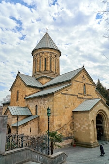 Storica chiesa cattedrale di tbilisi. l'architettura della religione georgiana.
