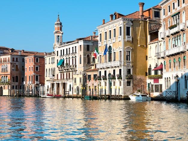 Case storiche, architettura veneziana tradizionale sul canal grande a venezia, italia.
