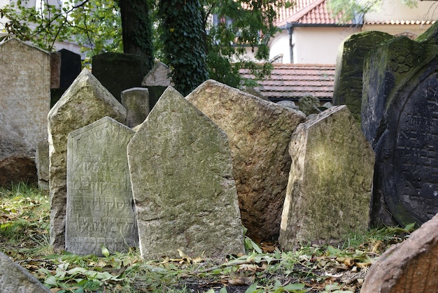 Storico vecchio cimitero ebraico con tombe di roccia a praga e monumenti rotti