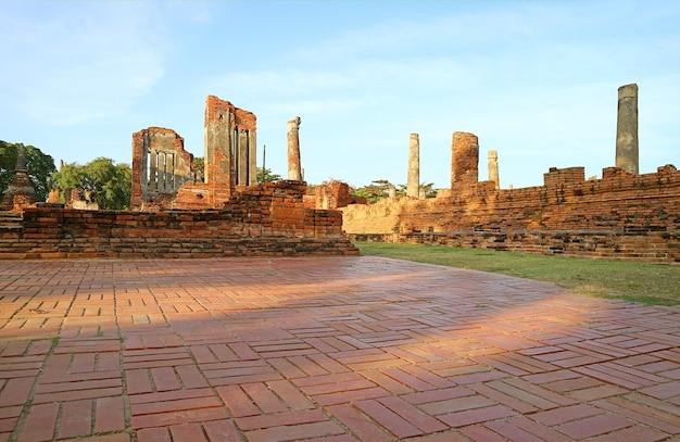 Rovine storiche di wat phra si sanphet alla luce del sole serale ayutthaya thailandia