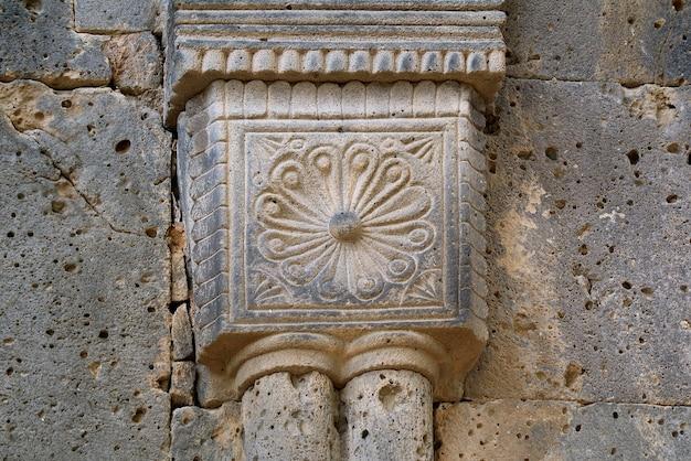 Dettagli storici di scultura in pietra sulla facciata del monastero di sanahin, provincia di lori, armenia