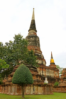 Stupa storico nel tempio di wat yai chai mongkhon, città vecchia di ayutthaya, thailandia