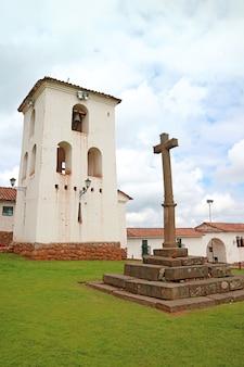 Campanile storico e crocifisso della chiesa coloniale al villaggio di chinchero, regione di cuzco, peru