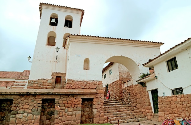 Edificio storico del villaggio di chinchero sulla collina nella valle sacra degli incas cuzco peru