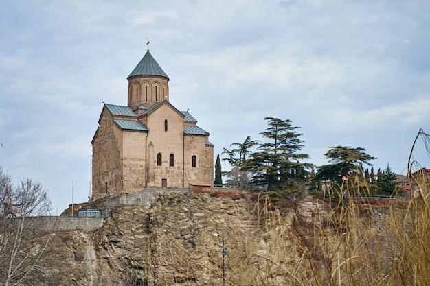 Storico tempio metekhi su una collina nel centro della vecchia tbilisi.