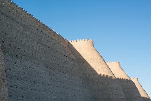 Mura storiche della fortezza dell'arca a bukhara, asia centrale