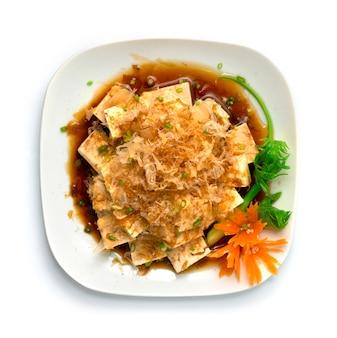 Piatto di antipasti di tofu agedashi con tofu freddo giapponese hiyayakko