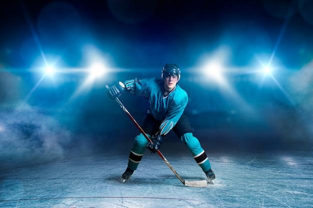 Giocatore di hockey con bastone su ghiaccio, concetto di gioco