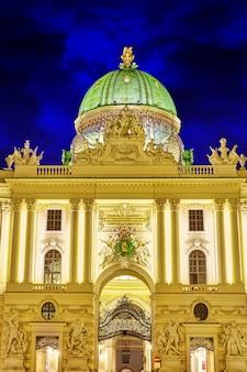 Palazzo hofburg visto da michaelerplatz, vista grandangolare al crepuscolo.vienna.austria.