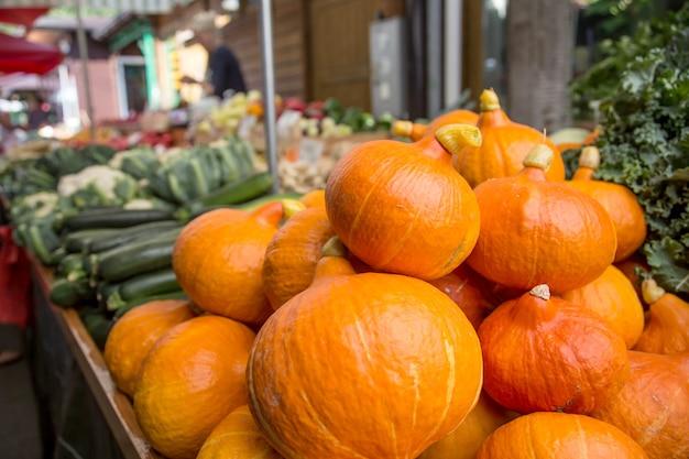Zucca di hokkaido sul mercato agricolo della città. frutta e verdura al mercato degli agricoltori