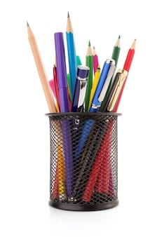 Cestino e penna del supporto con la matita isolata