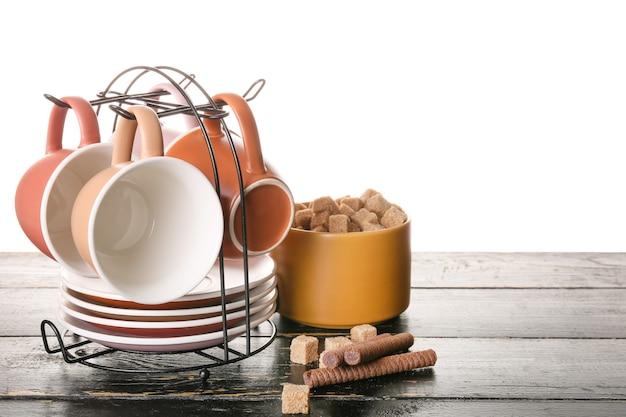 Supporto con tazze e piattini sul tavolo