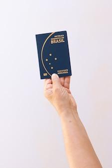 In possesso di nuovo passaporto mercosur brasile isolato su sfondo bianco. immagine di concetto.