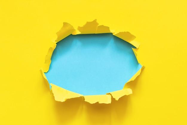 Foro di carta gialla strappata
