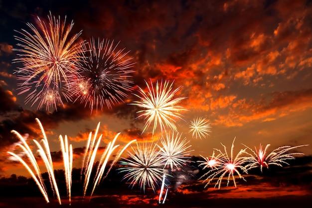 Sfondo vacanza con bellissimi fuochi d'artificio e cielo maestoso