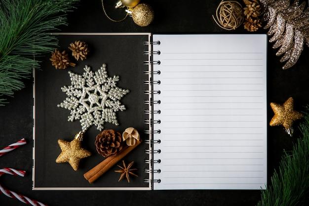 Holiday christmas frame card e vintage vuoto libro aperto note sul tavolo scuro