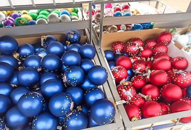 Vacanze di natale e capodanno giocattoli, ghirlande sugli scaffali del negozio.