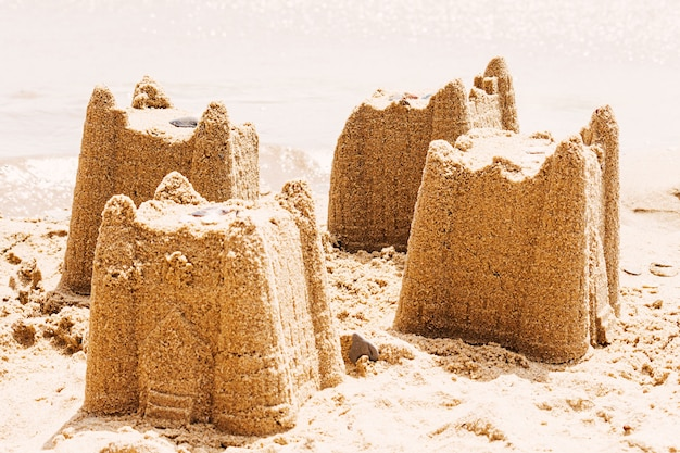 Concetto di vacanza con castello di sabbia sulla spiaggia, concetto di viaggio,