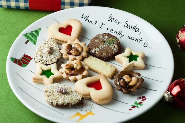 Vassoio regalo per biscotti natalizi con prodotti da forno assortiti