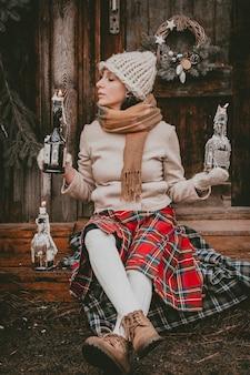 La donna delle decorazioni natalizie crea un'atmosfera natalizia all'aria aperta, rustica e minimalista, moderna con materiali ecologici naturali in stile scandinavo. idee che decorano il nuovo anno con le tue mani fatte a mano.