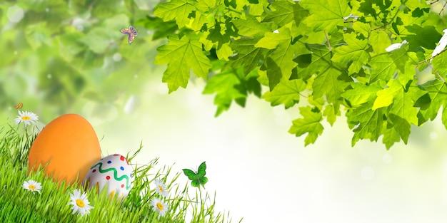 Carta di vacanza di pasqua con uova e fiori, sullo sfondo di celebrazione