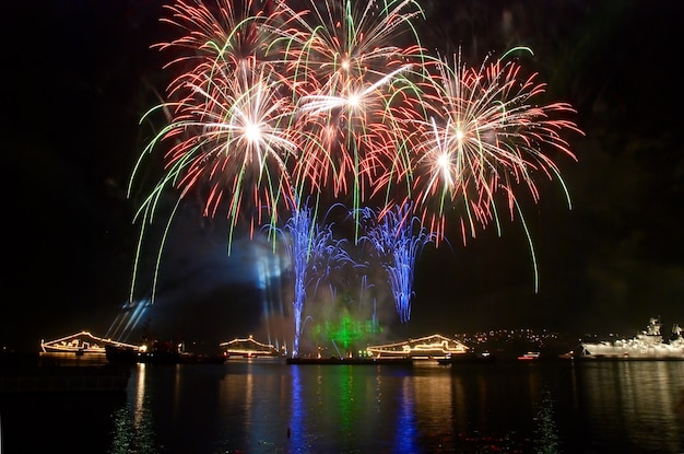 Fuochi d'artificio festivi sopra la baia notturna