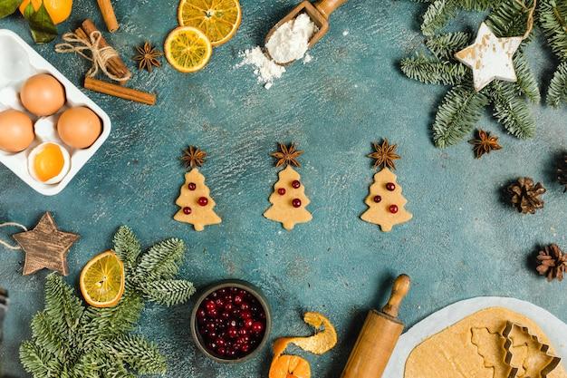 Ingredienti alimentari per le vacanze per fare i biscotti allo zenzero di natale piccoli alberi vista dall'alto concetto di alta qualità...