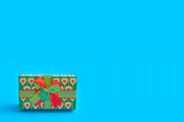 Contenitore di regalo di festa per natale e capodanno su blu, concetto di design minimale di decorazione per le vacanze.