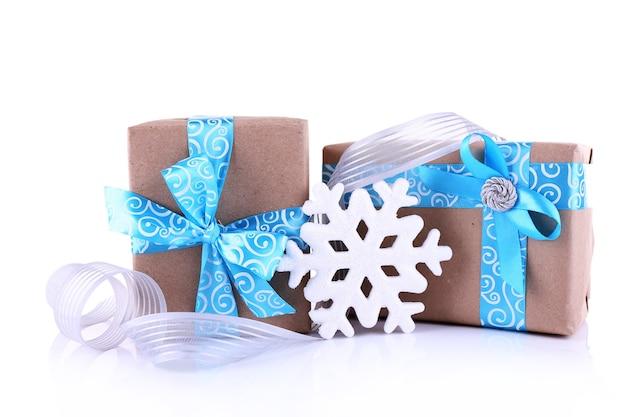 Scatole regalo per le vacanze decorate con nastro blu isolato su bianco