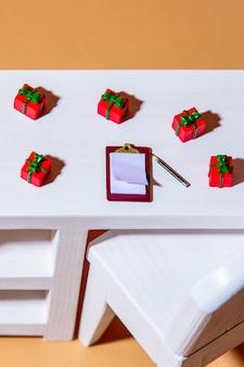 Regali di festa e penna con scrivania su un tavolo