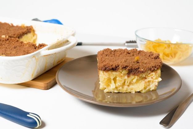 Festa di hanukkah, una tradizionale torta dolce kugel con noodles e crema pasticcera, briciole di pasta frolla al cacao in cima