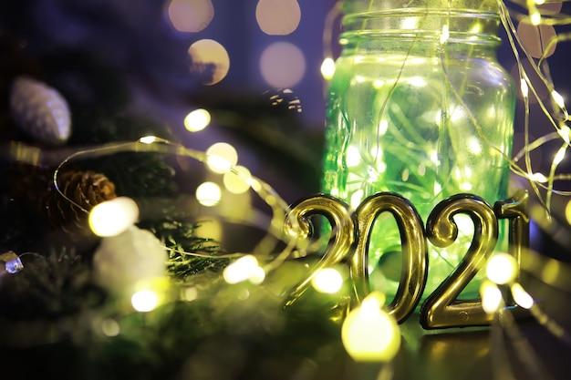 Ghirlanda luminosa a led natalizia in barattolo. natale, concetto di celebrazione delle vacanze di capodanno. copia spazio. immagine banner per il design