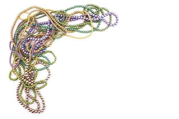Vacanza o mardi gras perline rendendo telaio isolato su sfondo bianco