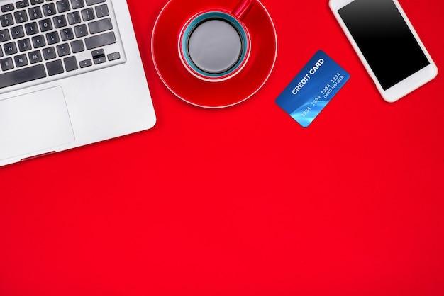 Concetto di shopping online per le vacanze. vista dall'alto con copia spazio