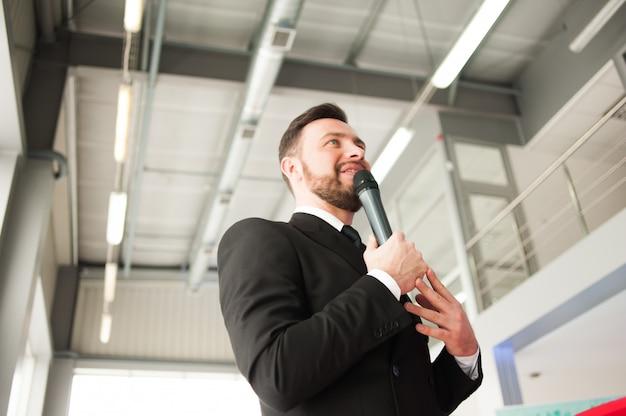Presentatore di vacanza con un microfono
