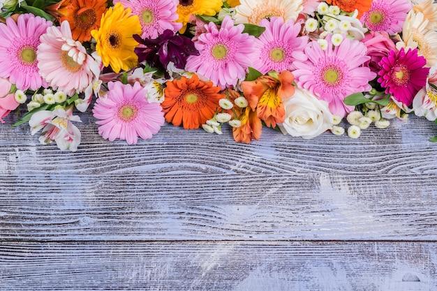 Fondo rustico di festa con fiori, vista dall'alto
