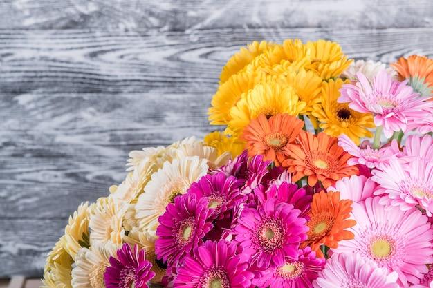 Superficie rustica vacanza con fiori, bordo floreale, messa a fuoco selettiva