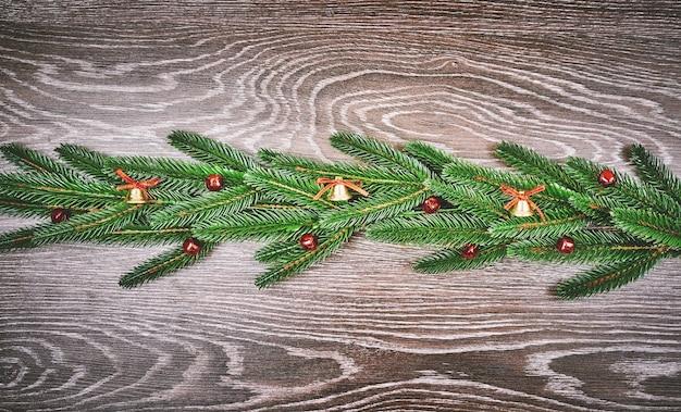 Sfondo di vacanza con auguri di stagione e bordo di rami di albero di natale dall'aspetto realistico decorati con bacche. Foto Premium