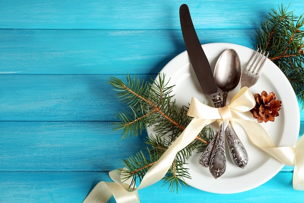 Apparecchiare la tavola delle feste con decorazioni natalizie