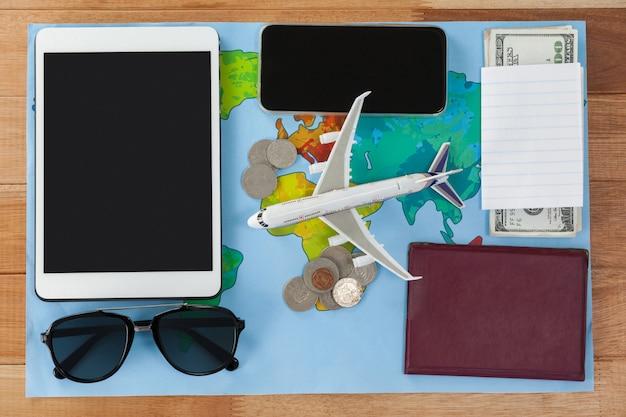 Immagine concettuale di vacanze e turismo con accessori da viaggio