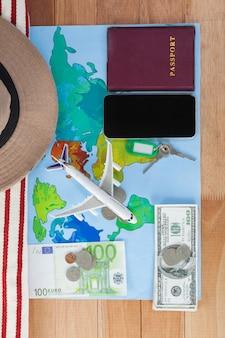 Vacanze e turismo concettuali con accessori da viaggio