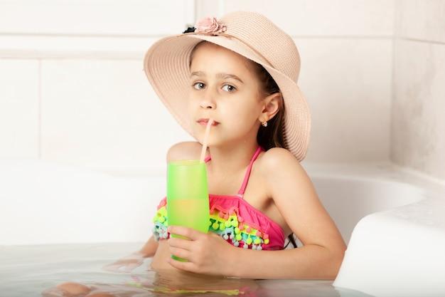 In vacanza a casa i bambini riposano in bagno