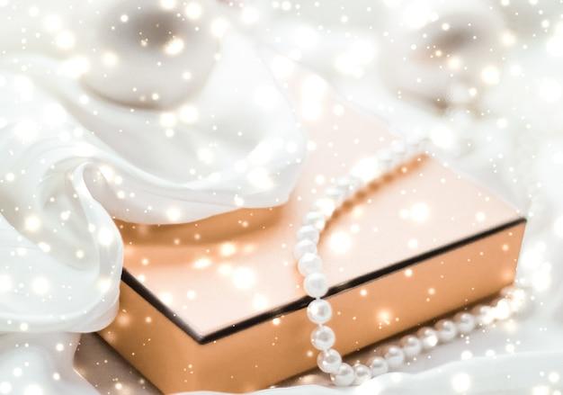Vacanze branding glamour e decorazione concetto natale vacanza magica sfondo festivo baubles giallo scatola regalo vintage e glitter dorati come stagione invernale presente per il design del marchio di lusso