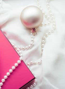 Vacanze di branding, felice regalo e concetto di decorazione - sfondo per le vacanze di natale, palline festive e confezione regalo vintage rosa come regalo di stagione invernale per il design del marchio di lusso