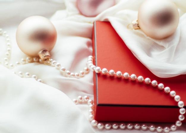 Vacanze branding felice dare e concetto di decorazione vacanze di natale sfondo festivo baubles ...